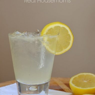 bella cocktail with lemon slice