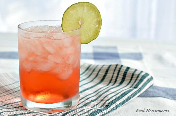peach mango rum splash with a slice of lime