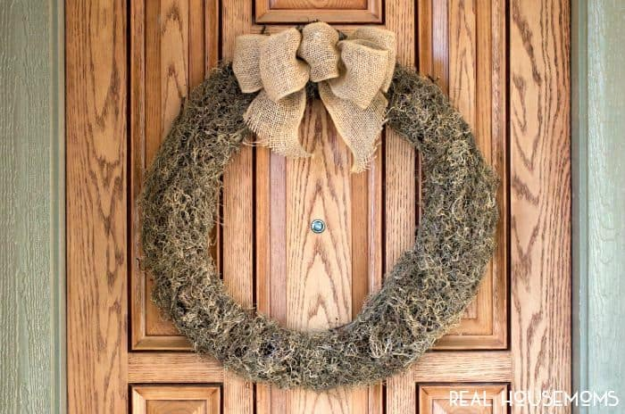 We're loving neutrals for fall! Get your home ready for the season with this Easy Fall Moss Wreath!