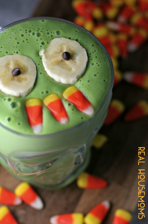 Halloween is just around the corner! Trick your little ones into eating spinach with this Monster Mash Green Smoothie, mwahahaha!!!
