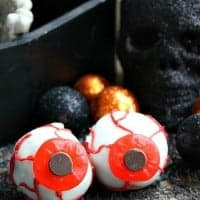 These Eyeball Oreo Bites are a spooky, and delicious, Halloween treat!