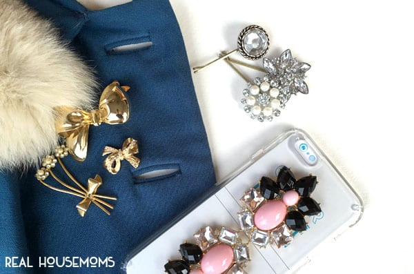 Brooches have been a BIG hit on the runways and fashion magazines this season, and we're showing you 3 (EASY) WAYS TO WEAR BROOCHES THIS HOLIDAY SEASON!