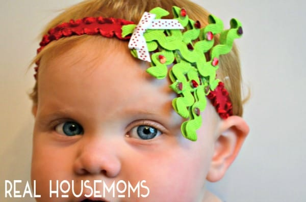 Get your little girl ready for her picture with Santa with this DIY CHRISTMAS TREE BABY HEADBAND tutorial!