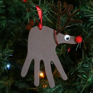 These HANDPRINT REINDEER ORNAMENTS SO cute and so easy to make! You just need a few supplies and some cute little hands!