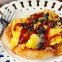 These SOUTHWESTERN BREAKFAST PIZZAS are just six ingredients, easy to make, and packed with flavor!