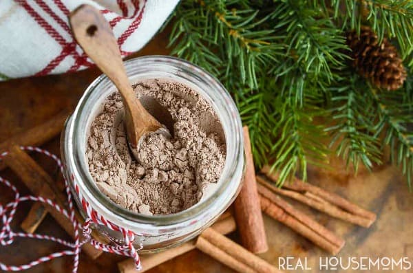 CINNAMON SPICED HOMEMADE HOT COCOA MIX is the perfect holiday treat or diy gift! Curl up with a mug of hot chocolate on a cold winter night!