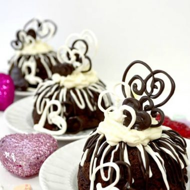 I love baking something delicious, yummy and EASY for the holidays, and these MINI VALENTINES CAKES fit the bill!