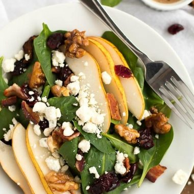 PEAR AND GORGONZOLA SPINACH SALAD is the perfect healthy side to your lunch or dinner!