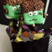 These cute FRANKENSTEIN MARSHMALLOW POPS are an easy Halloween dessert that the kids will love!