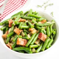 Crispy bacon and sautéed onions pair perfectlywith fresh green beans. Even your kids will be asking for seconds of their vegetables when you serve Green Beans with Bacon!