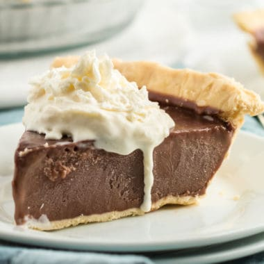 Want to make an easy and classic chocolate dessert that is sure to be a crowd-pleaser? Look no further than this indulgent Heirloom Chocolate Cream Pie!