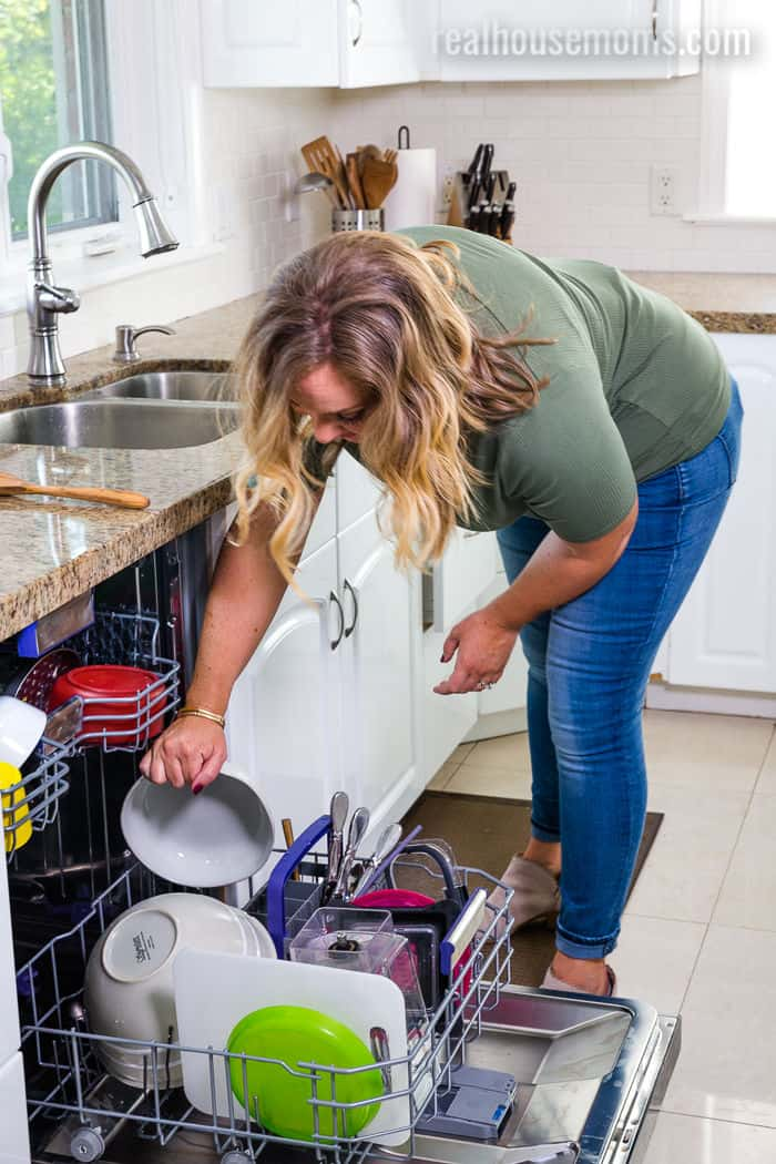 womn loading dishes in a Beko dishwasher