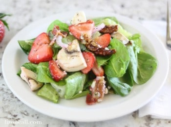 Strawberry spinach salad with lemon poppyseed dressing @ lizoncall.com
