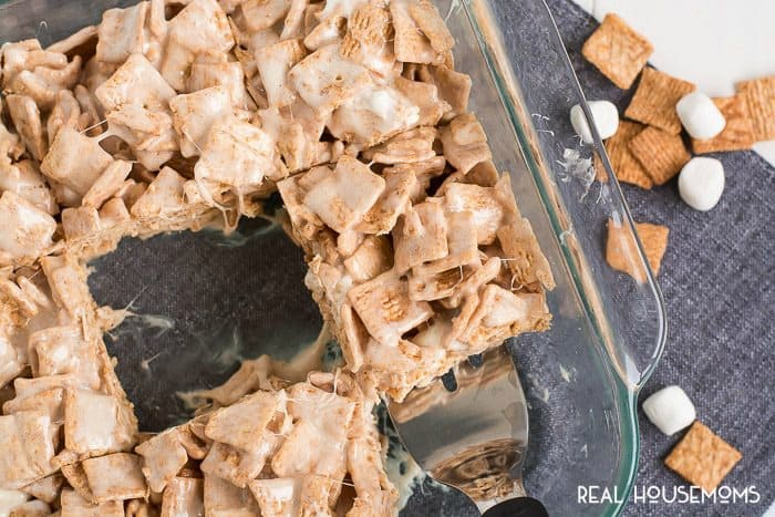 It takes less than ten minutes to whip up these CINNAMON TOAST CRUNCH BARS that are sure to be your new favorite treat!