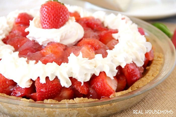 Summer picnics aren't complete without this EASY STRAWBERRY PIE recipe!