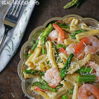 SHRIMP AND ASPARAGUS PASTA is a decadent bowl of cheesy goodness that's a one pot pasta you could be eating in a little more than 30 minutes!!
